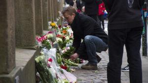 Blommor utanför synagogan i köpenhamn efter terrorattacken 15.2.2015