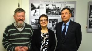 Initiativtagaren Torsten Bergman, arkivföreståndaren Gunilla Lindholm och styrelseordföranden Kaj Malm.