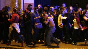 Folk evakueras nära Bataclanteatern i Paris under terroristangrepp.