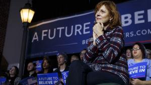 Susan Sarandon lyssnar på demokraternas Bernie Sanders den 27 januari 2016.