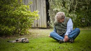 Mils Uddenberg leker med katt