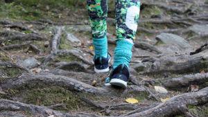 Jalat metsäpolulla