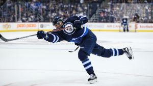 Patrik Laine i hetluften för Winnipeg i NHL.