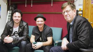 Jimmy Westerlund, Fredrik Furu och Henrik Huldén från Hanaholmen besökte studerande i Vanda för att komponera nya låtar på svenska.