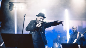 Fredrik Furu på scen.