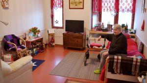 Iris Gröndahl sitter på sitt rum på Ebbo åldringshem.