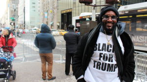 Maurice Symonette är klädd i en Blacks for Trump-t-tröja.
