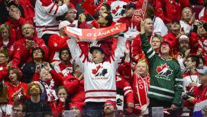Kanada för axla favoritskapet i junior-VM. Som vanligt i hockeysammanhang.