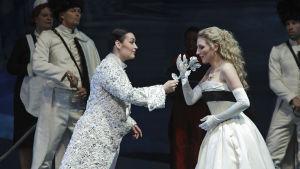 Mezzosopraano Niina Keitel ja sopraano Henna Rantala Richard Straussin oopperassa Ruusuritari, Suomen Kansallisooppera.