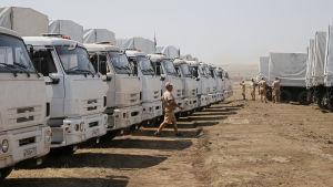 Rysk biståndskonvoj vid gränsen mot Ukraina.