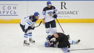 Pekka Jormakka ligger på isen efter en tackling som ledde till lindrig hjärnskakning, ishockey-VM 2014.