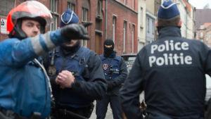 Säkerhetsstyrkor genomför en antiterroroperation i Molenbeek i Bryssel den 18 mars 2016.