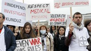 Anställda vid Läkare utan gränser demonstrerade i Geneve en månad efter attacken. Organisationen har krävt en oberoende utredning om den amerikanska attacken