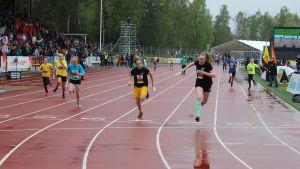 Pörtom skolas ankare korsar mållinjen som etta.