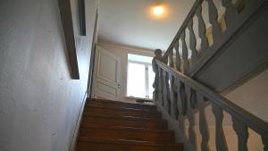 Trappan till övre våningen i Diktarhemmet