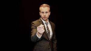 Tummen i handen är en klassisk politikergest