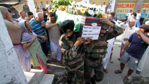 Begravning av en av de indiska soldater som dödades i separatistattacken i Manipur i Indien.