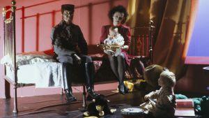 """Yleisradion televisio-ohjelma """"Rockstop: Piaf"""". Heli Nevakare Edith Piafin roolissa.  Mies ja kaksi lasta. Roolikuva. Yleisradion ohjelmat."""