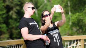 Två besökare tar en selfie