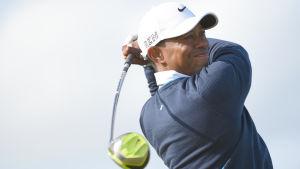 Tiger Woods kisar efter bollen efter en drive.