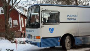 Borgås bokbuss utanför Gumbostrands skola i Sibbo