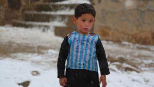 Murtaza Ahmadi i Afghanistan med sin hemgjorda Messi-tröja.