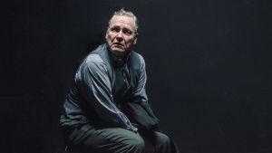 Jukka Pitkänen som Otto Quangel i  Yksin Berliinissä.