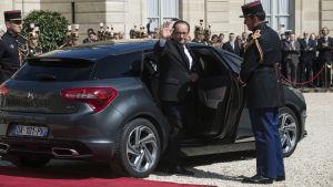 François Hollande lämnade presidentpalatset i en ganska anspråkslös Citroën DS 5.