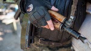 Prorysk beväpnad aktivist i Donetsk i östra Ukraina.