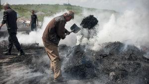 Proryska aktivister släcker brinnande däck utanför Slovjansk, Ukraina.