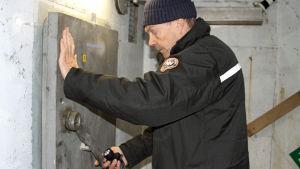Den pensionerade kaptenen Øyvind Ørnebakk sköter tillsynen av Frøy-linjens kommandobunker i Storfjord i Nordnorge.
