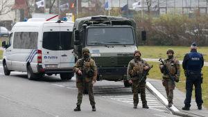 Polis och militär bevakar flygplatsen i Bryssel.