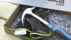 En hammare på en låda spik