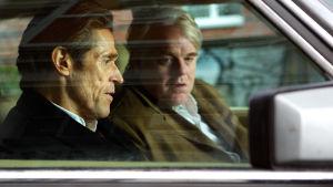Willem Dafoe ja Philip Seymour Hoffman. Kuva Anton Corbijnin elokuvasta A Most Wanted Man.