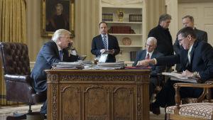Donaldn Trump talar med Vladimir Putin i telefon.