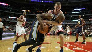 Erik Murphy krigar om bollen med Utah Jazz John Lucas III