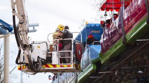 Räddningsverket hjälper passagerare som satt fast i tåget på Borgbacken.