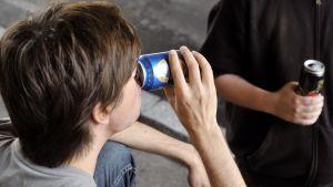Ungdomar som dricker alkohol.