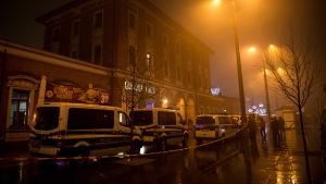 Polisfordon utanför järnvägsstationen Pasing i München efter terrorhot under nyårsnatten.