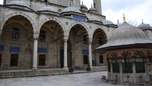 istanbulilaisen moskeijan sisäpiha