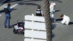 Polisen undersöker strandpromenaden i Nice efter lastbilsattack.