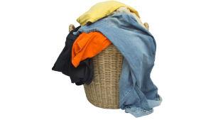 Tvättkorg full med kläder.