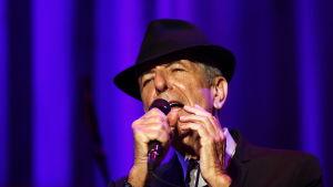 Leonard Cohen sjunger.