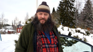 Mikael Wester står utomhus i vintern.