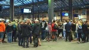 Människor väntar på M-tågets sista avfärd