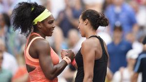 Serena Williams och Madison Keys skakar hand efter matchen i USA.