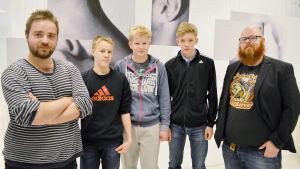 Nyhetsskolans unga journalister från Hoplaxskolan tillsammans med Ted Forsström och Björn Karlsson