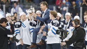 Jukka Jalonen får lyfta pokalen