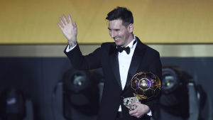 Lionel Messi med sina femte Ballon d'Or-pokal.