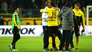 Liverpools tränare J¨rgen Klopp omfamnar Dortmunds målskytt Mats Hummels efter att lagen spelat 1-1 i den första kvartsfinalen.